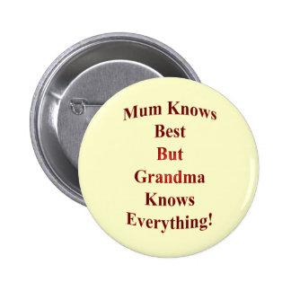 ¡La momia sabe mejor pero la abuela sabe todo! Pin Redondo De 2 Pulgadas