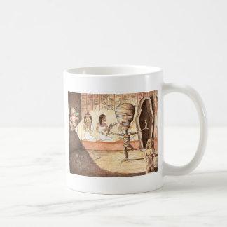 La momia se mueve…. taza de café
