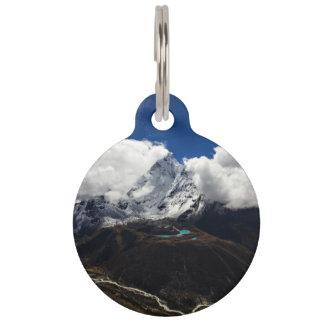 La montaña coronada de nieve temática, majestuosa identificador para mascotas
