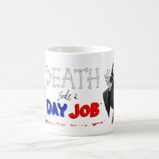 La muerte encuentra una taza original del dibujo a