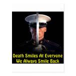 La muerte sonríe en cada uno que sonreímos siempre tarjetas postales