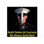 La muerte sonríe en cada uno que sonreímos siempre postal