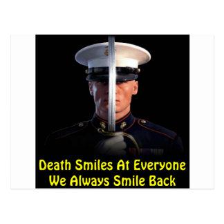 La muerte sonríe en cada uno que sonreímos siempre tarjeta postal