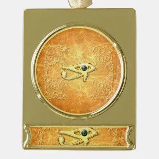 La muestra de todo el ojo que ve rótulos de adorno dorado