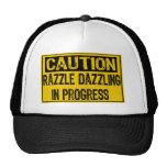 La Muestra-Razzle de la precaución los deslumbra e Gorra
