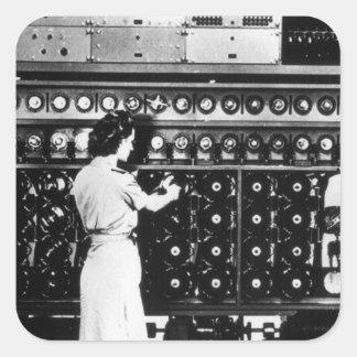 La mujer actúa una máquina del desciframiento pegatina cuadrada