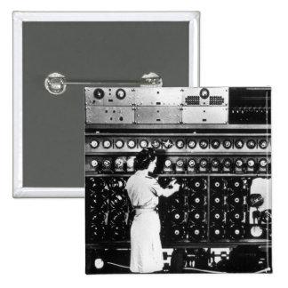 La mujer actúa una máquina del desciframiento pin