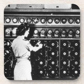 La mujer actúa una máquina del desciframiento posavasos de bebidas