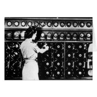 La mujer actúa una máquina del desciframiento tarjeta de felicitación