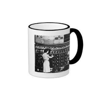 La mujer actúa una máquina del desciframiento tazas de café