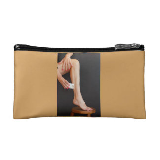 la mujer afeita sus piernas por epilator en bolso