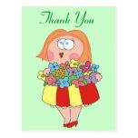 La mujer con el ramo de flores le agradece las pos tarjetas postales