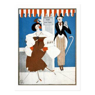 La mujer de moda consigue el hombre excitado tarjeta postal