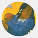 La mujer de Paul Gauguin con un mango (1892) Etiquetas Redondas