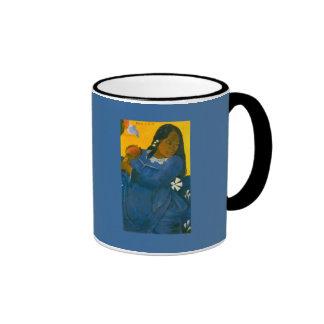 La mujer de Paul Gauguin con un mango (1892) Taza De Café