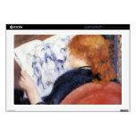 La mujer joven lee el diario ilustrado por Renoir Portátil Skins