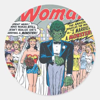 La Mujer Maravilla casó a un monstruo Pegatina Redonda