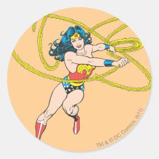 La Mujer Maravilla sostiene el lazo 1 Etiquetas Redondas