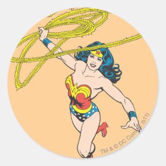 La Mujer Maravilla sostiene el lazo 2 Etiquetas