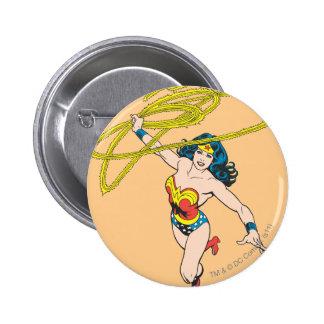 La Mujer Maravilla sostiene el lazo 2 Pin Redondo De 2 Pulgadas