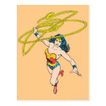 La Mujer Maravilla sostiene el lazo 2 Postal
