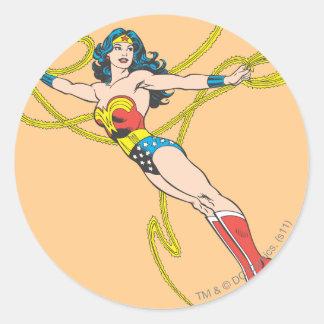 La Mujer Maravilla sostiene el lazo 4 Etiquetas Redondas