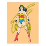 La Mujer Maravilla sostiene el lazo 5 Postal