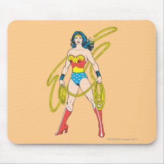 La Mujer Maravilla sostiene el lazo 5 Tapetes De Raton