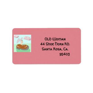 La mujer mayor en el zapato etiqueta de dirección