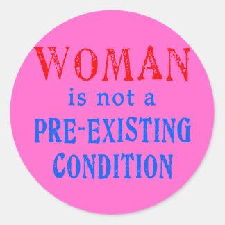 La mujer no es una condición pre existente etiqueta redonda