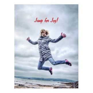 La mujer que salta para la alegría tarjetas postales
