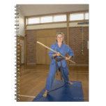 La mujer que se realiza Ken-Hace-Kai karate, Libreta