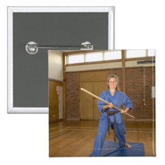 La mujer que se realiza Ken-Hace-Kai karate, Pin Cuadrado