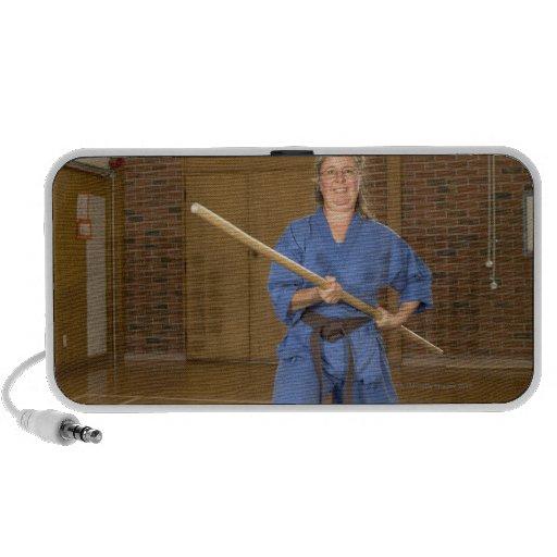 La mujer que se realiza Ken-Hace-Kai karate, sonri Altavoces De Viajar