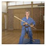 La mujer que se realiza Ken-Hace-Kai karate, sonri Azulejo