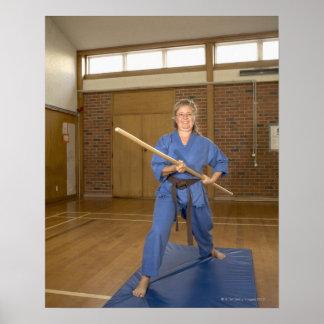 La mujer que se realiza Ken-Hace-Kai karate, sonri Posters