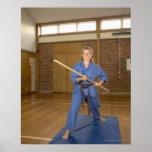 La mujer que se realiza Ken-Hace-Kai karate, sonri Póster