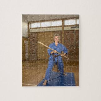 La mujer que se realiza Ken-Hace-Kai karate, sonri Puzzles Con Fotos