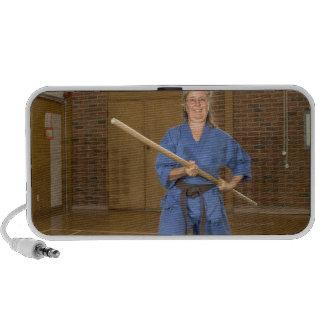 La mujer que se realiza Ken-Hace-Kai karate, sonri Sistema De Altavoz