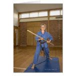 La mujer que se realiza Ken-Hace-Kai karate, sonri Tarjeton