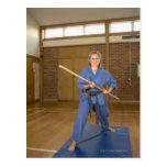 La mujer que se realiza Ken-Hace-Kai karate, sonri Tarjetas Postales