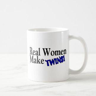 La mujer real hace a los gemelos (azules) tazas