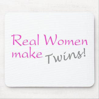 La mujer real hace a los gemelos el rosa alfombrilla de raton