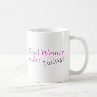 La mujer real hace a los gemelos (el rosa) tazas