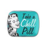 La mujer retra divertida toma una píldora desapasi jarrones de dulces