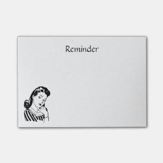 La mujer retra para hacer recordatorio crea la post-it notas