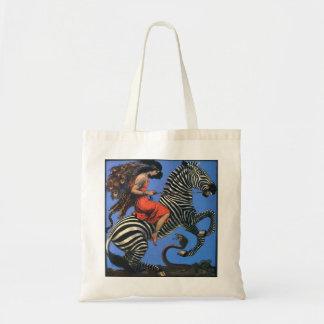 La mujer salvaje monta el bolso de mano de la bolsas