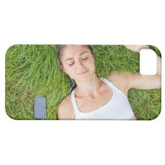 La mujer se relaja con música en hierba suave iPhone 5 carcasa