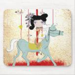 La muñeca del caballo del pájaro del carrusel embr alfombrillas de ratón