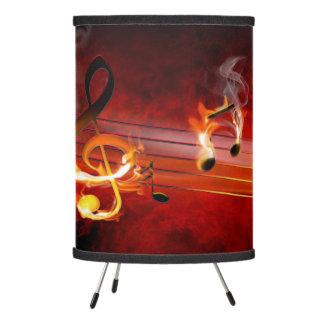 La música caliente observa la lámpara del trípode